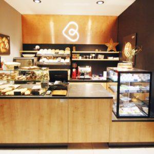 čelní pohled na prodejní pult v pekárně Breadway Brno