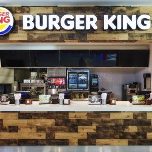 pohled na prodejní jednotku s dřevěným obložením na prodejně Burger King