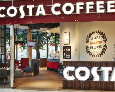 Pohled na kavárnu s prosvětleným logem Costa Coffee Hradec Králové