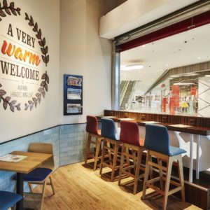 Barové sezení ve výloze v Costa Coffee v Hradci Královém