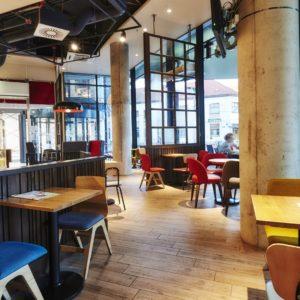 Sezení v kavárně Costa Coffee v Hradci Královém