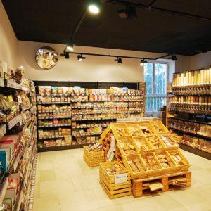 V prodejně Countrylife na Břevnově je pečivo v regálech nasvíceno speciálním osvětlením od firmy Imoon