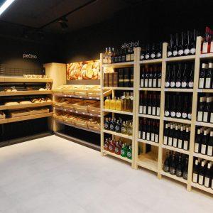 Pečivo a regály na víno z masivu v prodejně Family Food Market ve Vyškově