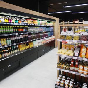 realizace prodejny Family Food Market - chladící vitrína na nápoje je krásně doplněna zbožím