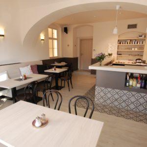pekařství Vrbský Unhošť - obložení baru prochází do obkladu podlahy