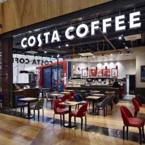 Díky velkému prosvětlenému logu zavěšenému ze stropu nemůžete novou prodejnu Costa Coffee v Centrum Chodov minout.