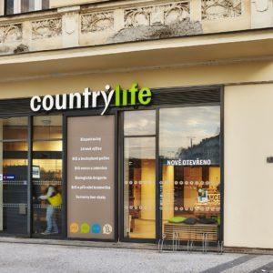výrazné logo na fasádě láká na vstup do prodejny Countrylife