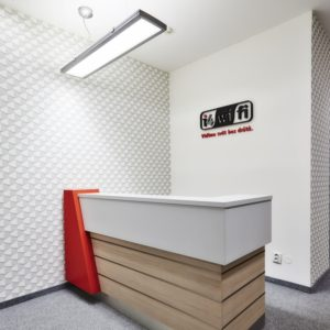 malý recepční pult, logo na zdi, i4wifi, Praha