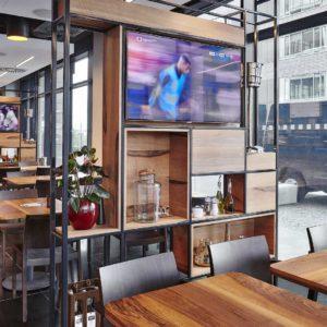 Pohled na sezení v Timeout Cafe Restaurant a oddělovací nábytkovou zeď