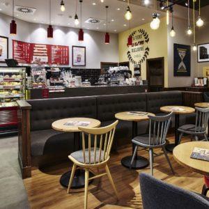Různorodé osvětlení vytváří příjemnou atmosféru v kavárně Costa Coffee v Centrum Chodov.