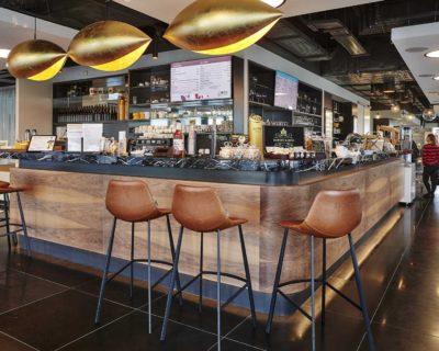 Vysoké sezení za pultem v podniku Timeout Cafe Restaurant