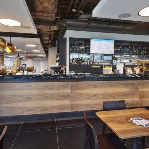 Výrazná kresba dřeva na pultě Timeout Cafe Restaurant