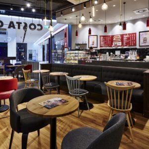 Costa Coffee na Chodově - čalouněná lavice odděluje bar od sezení.