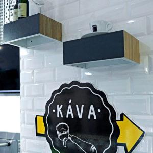 3D bílý obklad na zdi doplněn policemi a grafikou
