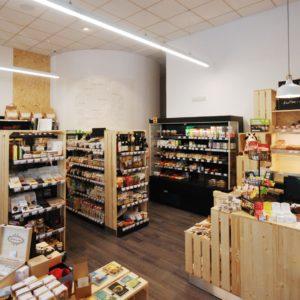 regály v bioprodejně Macrolife Louny v kombinaci dekora dřeva a černé barvy