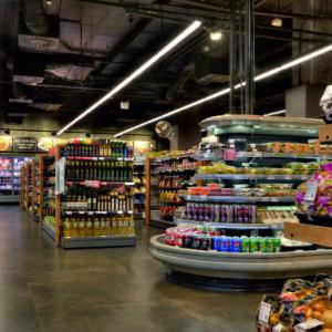 Pohled na lineární osvětlení supermarketu DELMART QUADRIO.