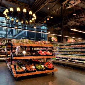 Dekoretivní osvětlení v oddělení ovoce zelenina.