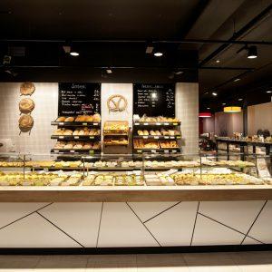 pohled na prodejný pult a pečivo pekárny Svoboda&Březík v Uherském Hradišti