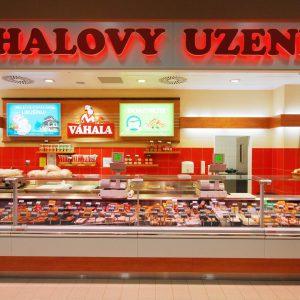 Chladící vitrína v řeznictví Váhala v Brně